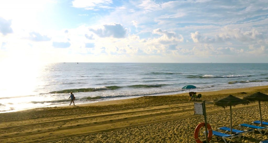 För oss en ny utsikt till frukost. Glänsande hav och en vacker strand i La Mata när solen just går upp.