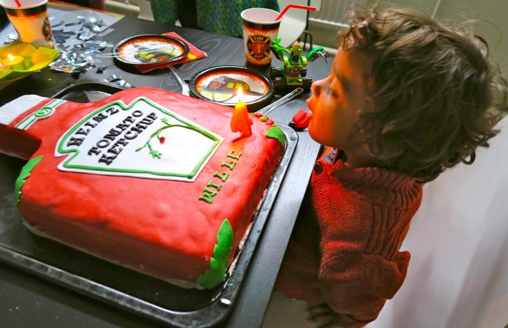 Vi har idag firat William som fyller fyra år med en fantastisk ketchuptårta.