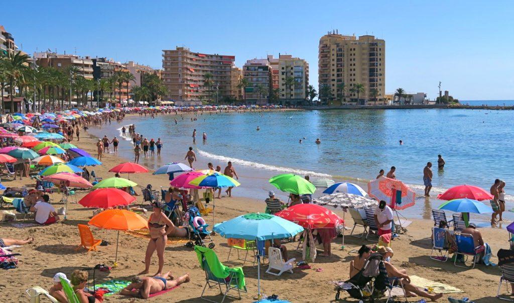 Gott om gäster på Playa del Cura, en av strändern inne i stan. Gott om badplagg.