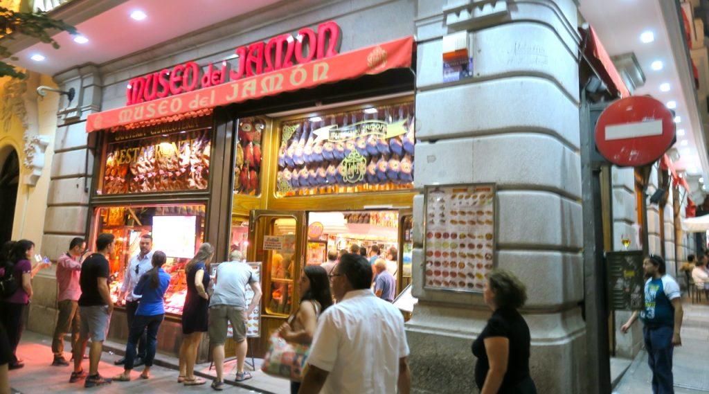 Museo de Jamon, skyltat från Madrid, men en restaurang och inte ett museum.