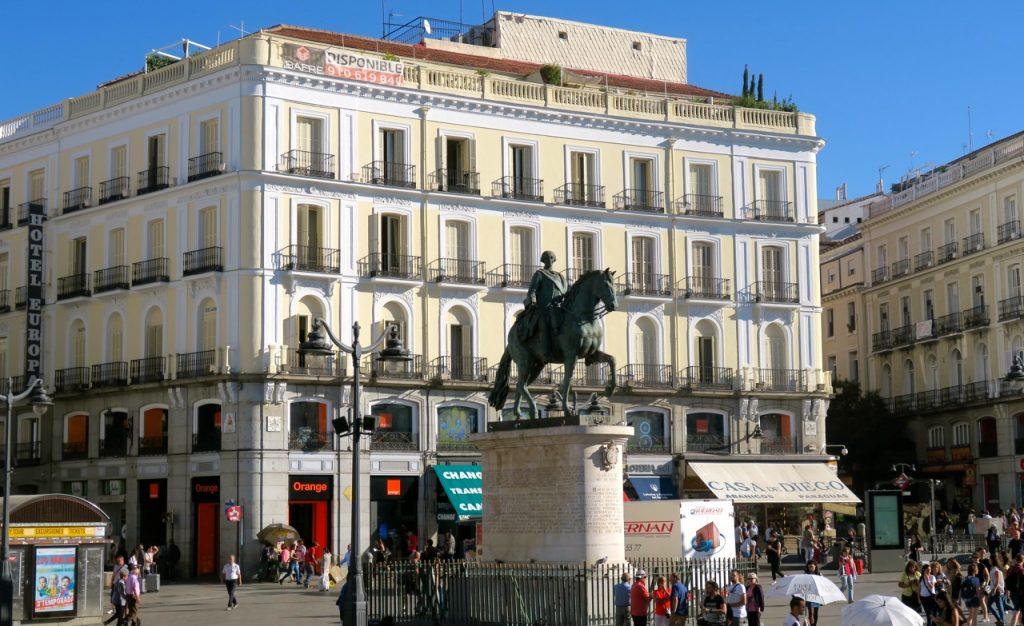 """Vi passerade den öppna platsen Puerta del Sol på vår """"hop on, hop off"""" tur."""