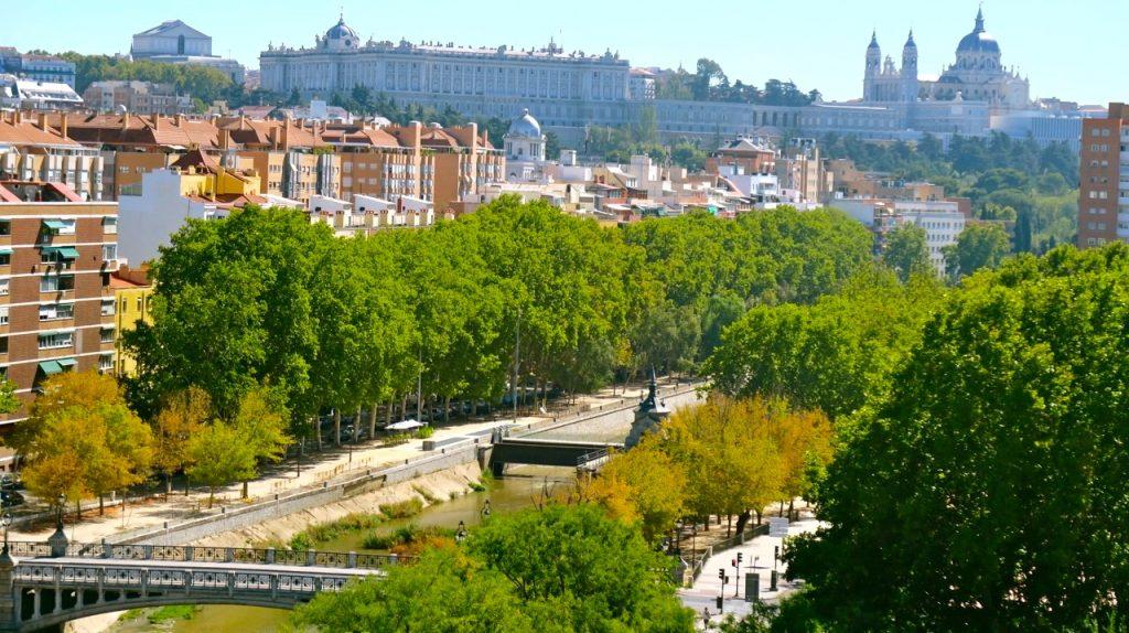Kungliga slottet i Madrid och Catedral de La Almudena överst i bild