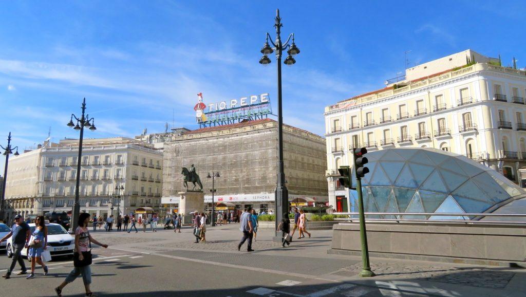 Madrid skyltar och ler ditte akker for Av puerta del sol