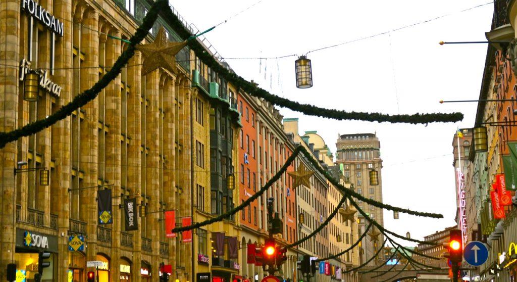 Jag går längs Kungsgatan och tittar på juldekorationerna.