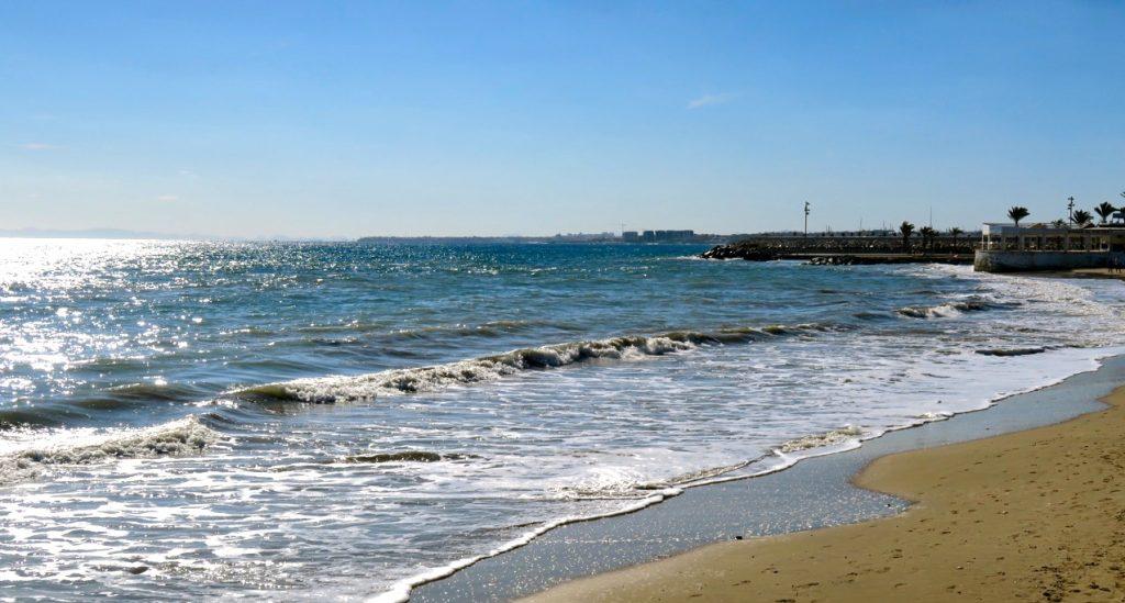 Havet glittrar och skiftar i färg. En synvilla men vackert är det.