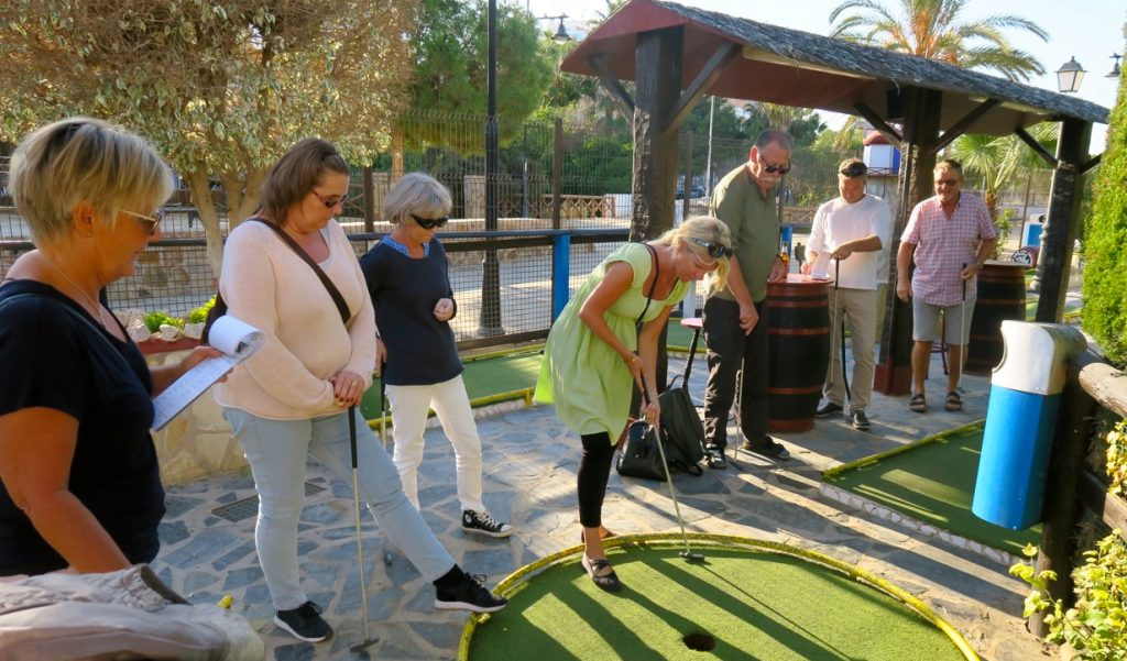 Damlaget är i gång med sitt golfspel. Och visst är golf en social sport...