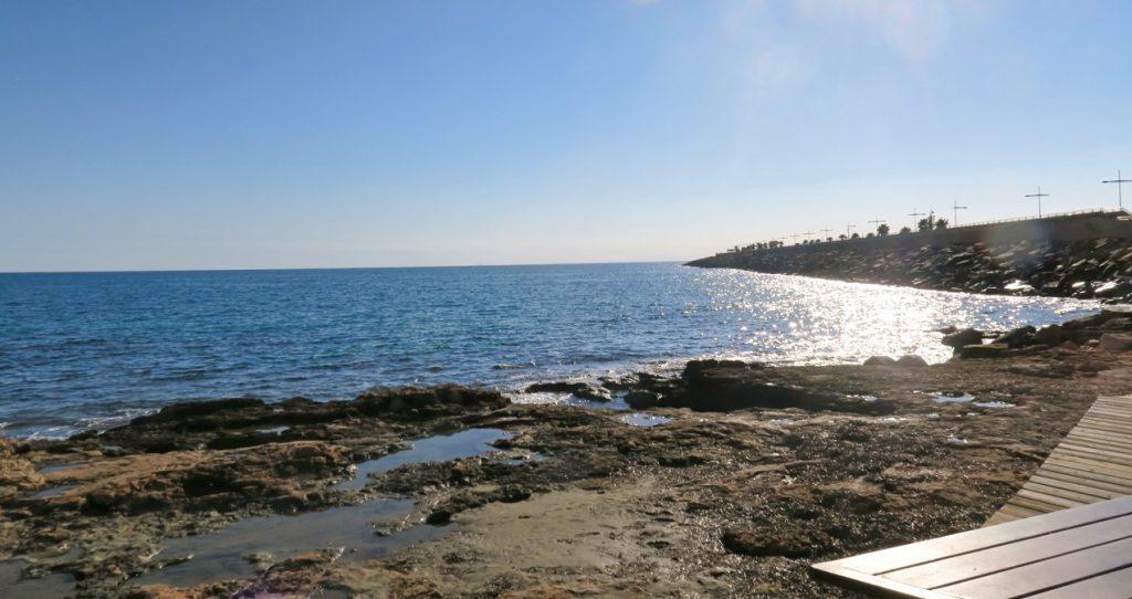 Semesterkänsla att sitta på en bänk i Torrevieja och titta ut över havet som glittrar.