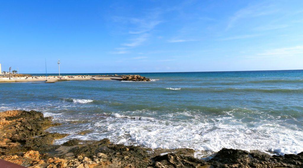 Ton i ton, här olika nyanser av blått. Längs strandpromenaden i Torrevieja.