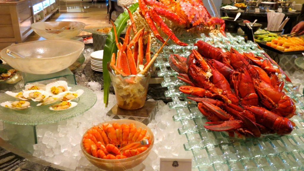 Champagnebrunch på hotell St. Regis i Peking innebär godis för gom och öga.