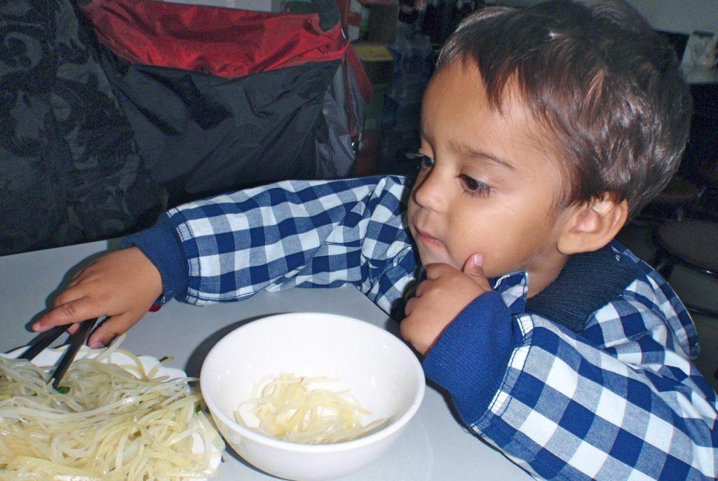 Det är en konst att äta med pinnar när man är liten.