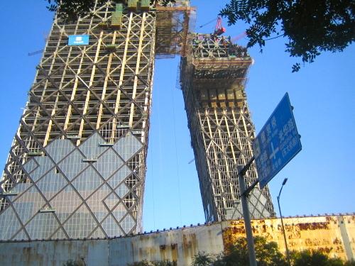 Peking en stad i förvandling. Här 2007 när det nya tvtornet byggs.