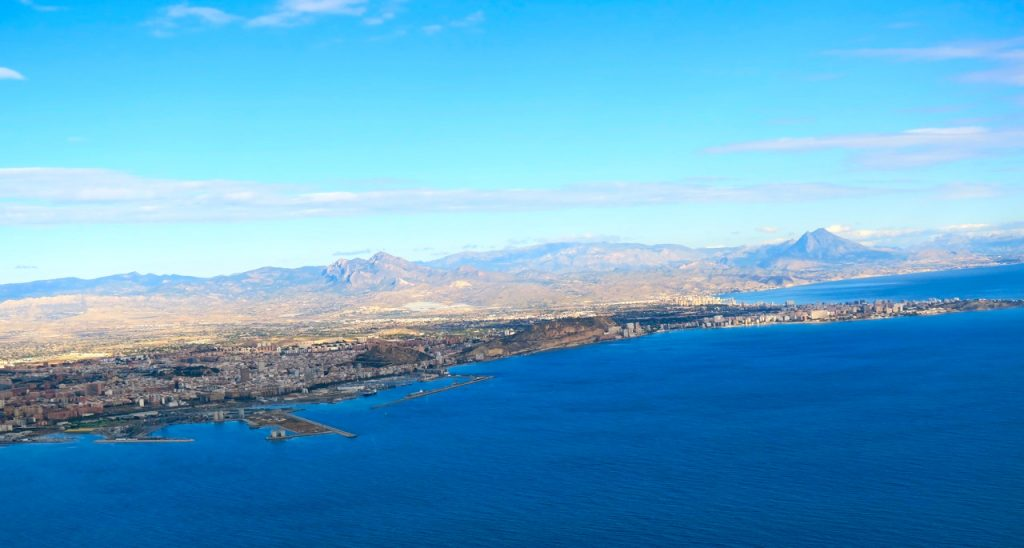 Alicante syns till vänster när vi flyger ut över Medelhavet