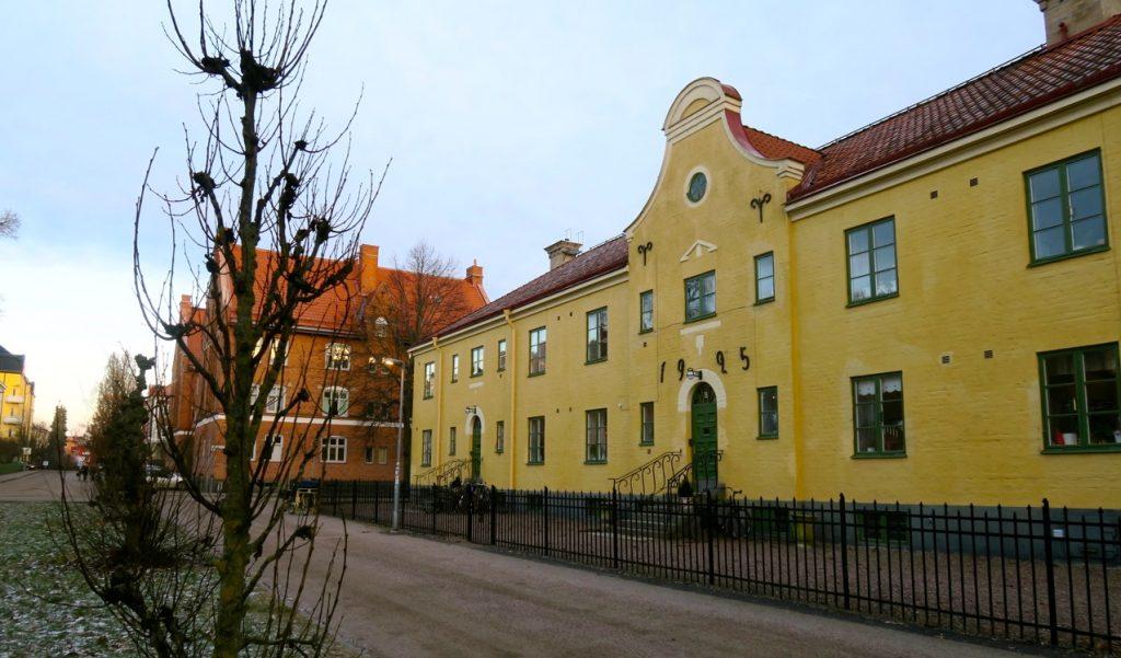 Upplysande hus i Uppsala som talar om sin ålder.