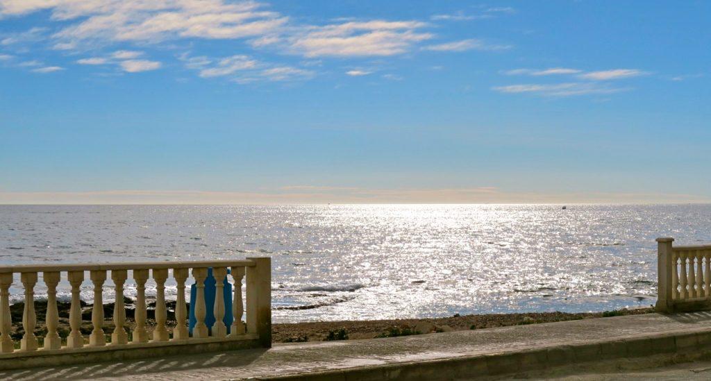Tankarna på att vara en liten lort kan fladdra fritt i vinden vid havet i Torrevieja.