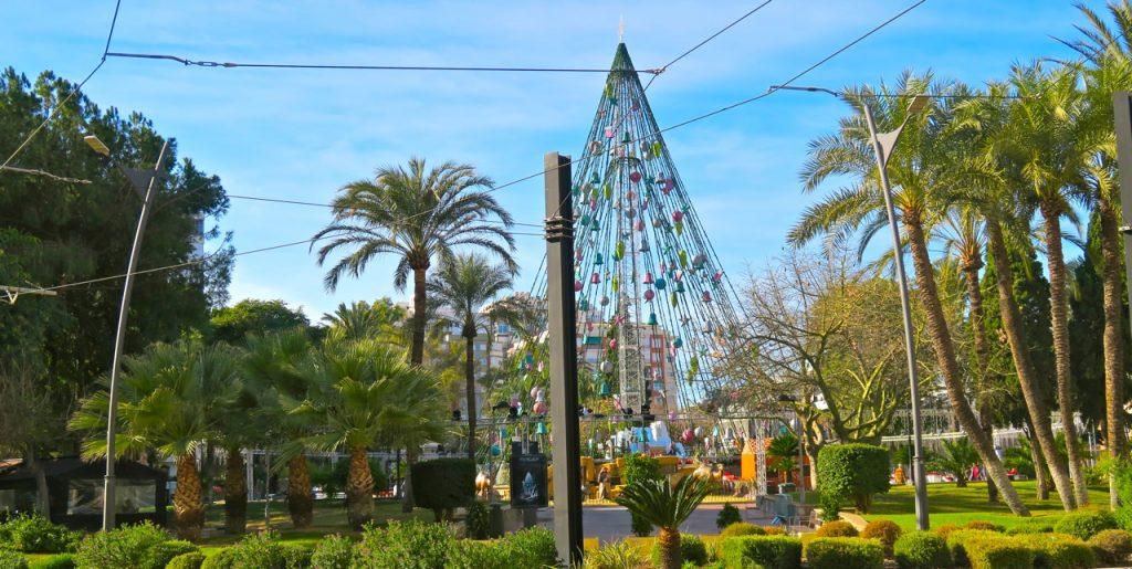 Murcia och där Plaza Circular, i mitten av stan, har en gigantisk julgran som prydnad. Och på kvällen är den upplyst.