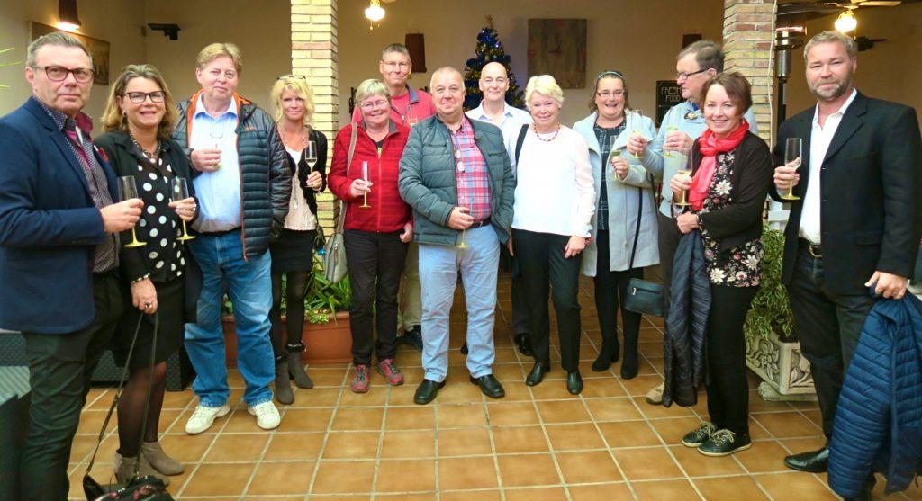 Samling och gruppbild innan julmiddagen på restaurang El Patio i Torrevieja.
