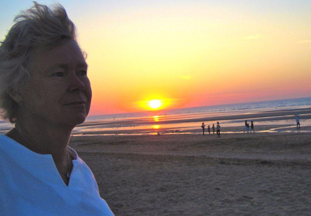 En selfie i repris. På stranden i Arromanche, Normandie, Frankrike.