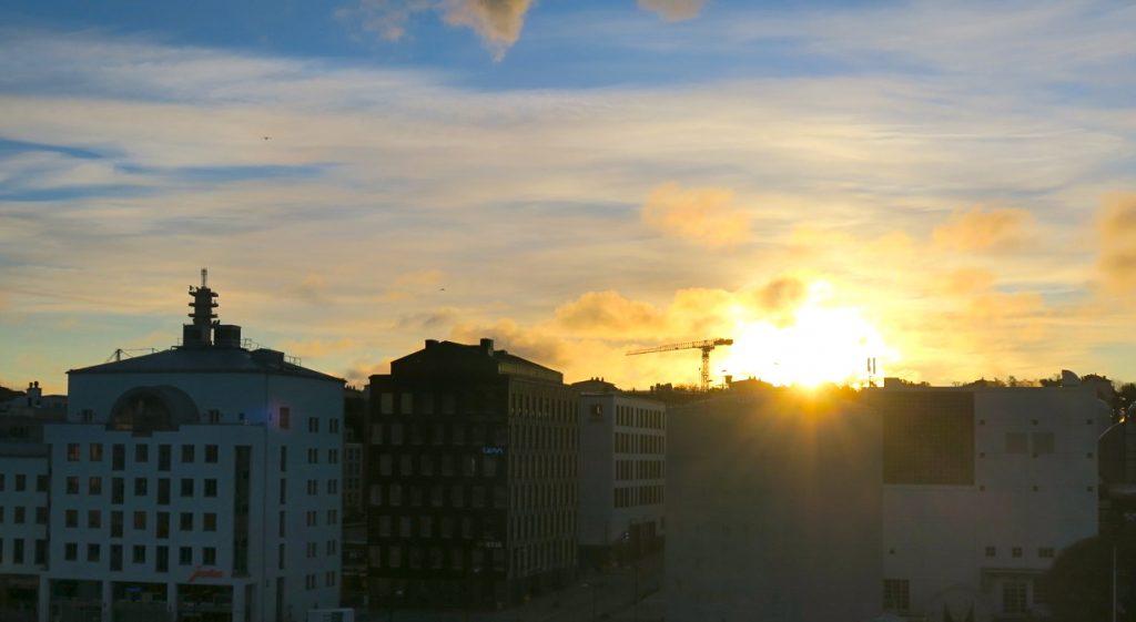 Solen på väg upp i södra Hammarbyhamnen.