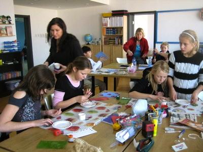 Kreativitet bland eleverna på svenska skolan i Peking inför julpysslet.