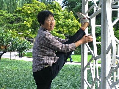 Hälsa kan vara att dagligen träna sin smidighet. Peking.