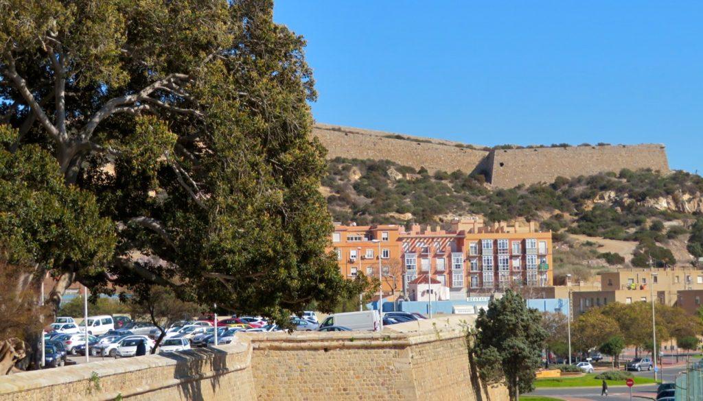 Runt strora delar av Nya Kartagos- Cartagenas gamla innerstad löper en vall för att skydda staden mot angripare.