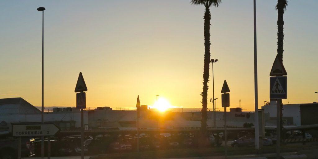 Tidig morgon och solupgång i Torrevieja . Vi väntar på att bussen ska komma och ta oss med på dagens njutflykt.