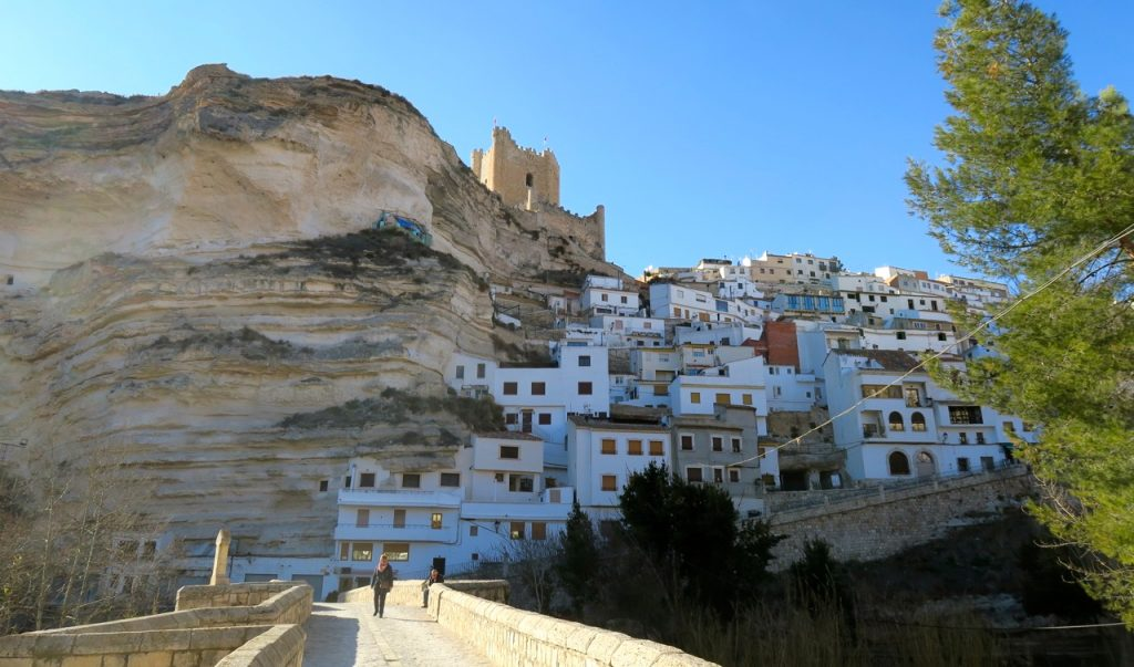 Grotthusen klättrar uppför bergssluttningarna och de går djupt in i berget.