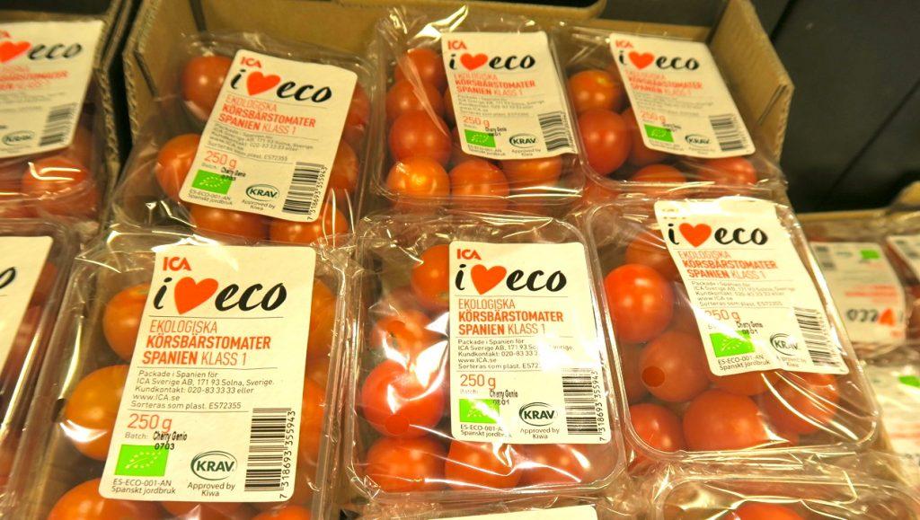 Ekologiskt odlade tomater men som packats i lager med plast. Hur ekologiskt är det?