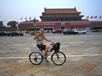 Att cykla längs Himmelska fridens torg i Peking är en stor upplevelse. Och man påminns om massakern här.