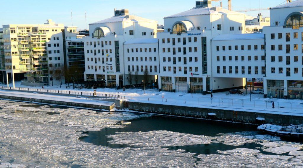 Mars månad är här, men våren känns avlägsen. Hammarbykanalen har varit isfri denna vinter, men nu i slutet av februari var det dags.