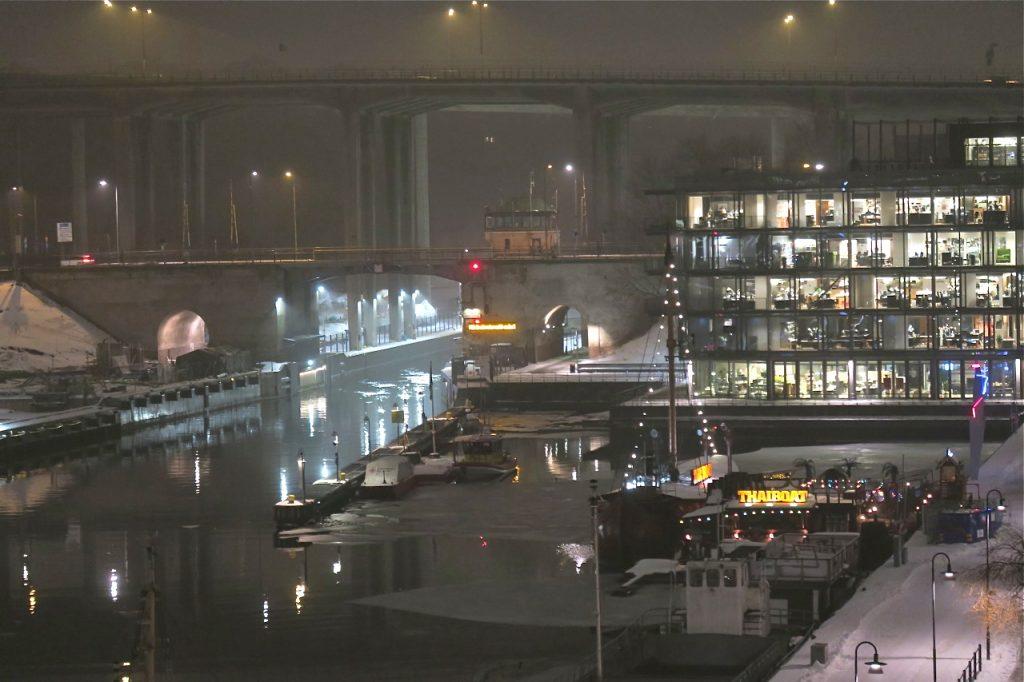 Nya möjligheter kan träda fram i dimman och speglingarna över Hammarbykanalen.
