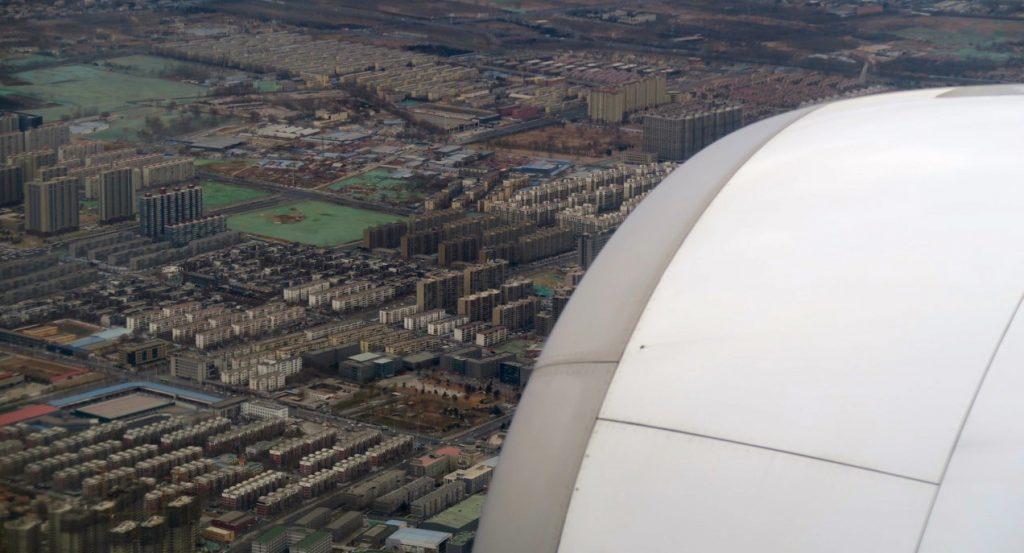 Här är planet på väg för landning i Peking och är alldeles ovanför tättbebyggt område.