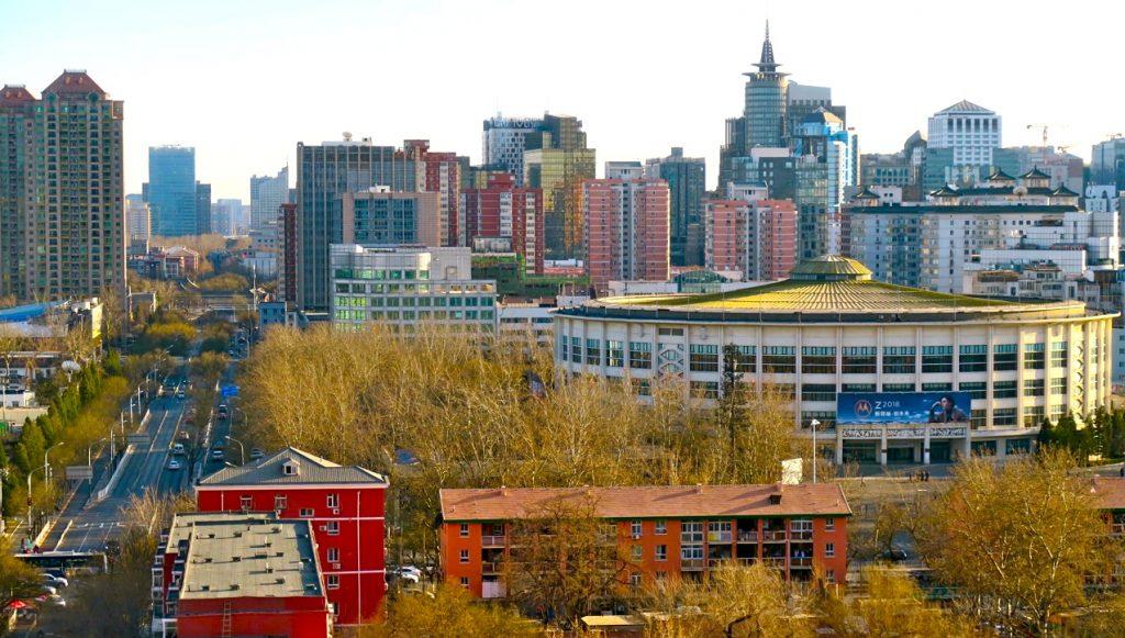 Vi bor nu på ett hotell i Peking som ligger i det kvarteret där vi tidigare bodde. Gammalt möter nytt.