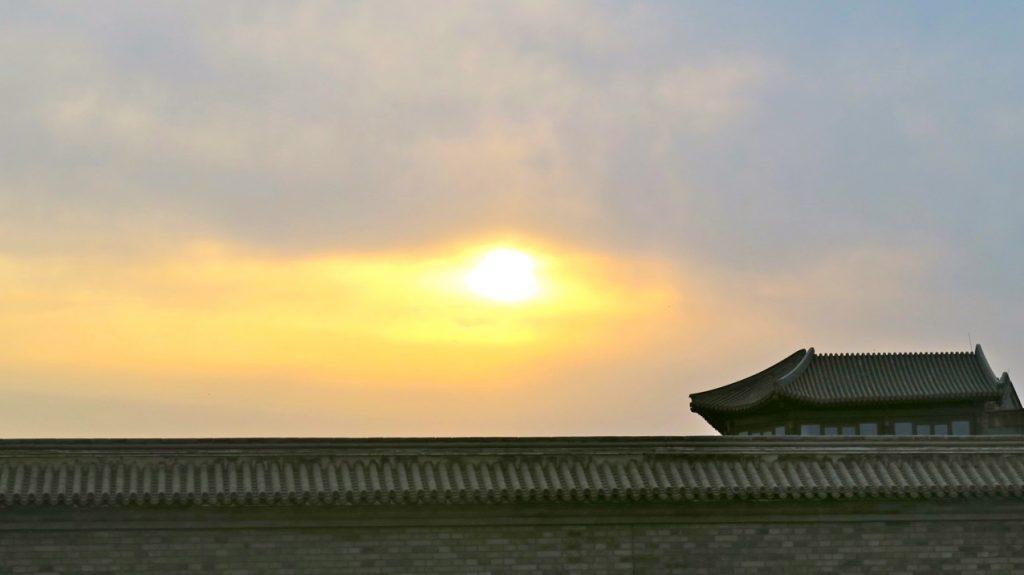 Oklart och klart väder varierar snabbat i Peking.