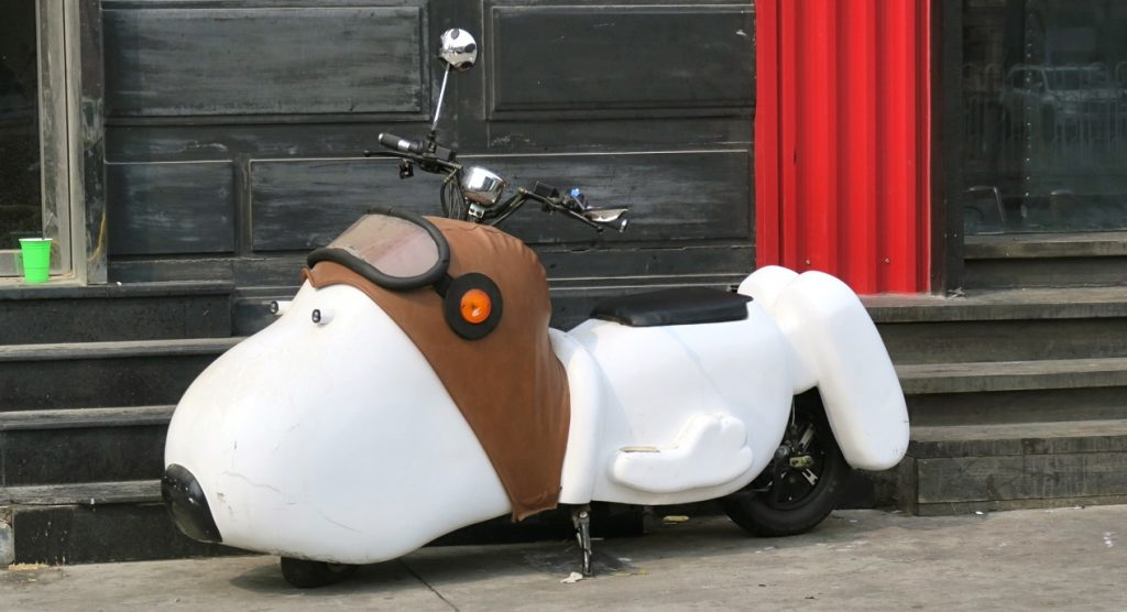 Transporteer i Peking sker ofta med scooter eller elmoped.