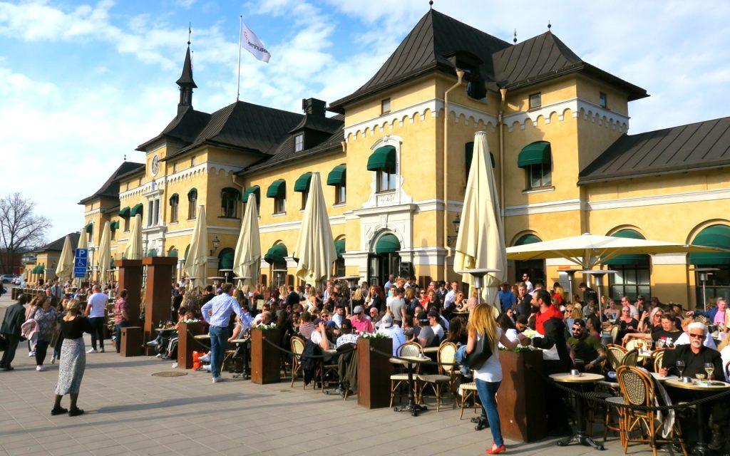 Besök i Uppsla med sommar och värme. Stationshusets resaturang var fylld.