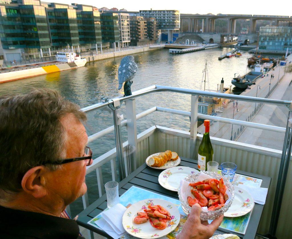 Sommarens besök välkomnas med balkongmiddag. Utsikten över Hammarbykanalen ingår.