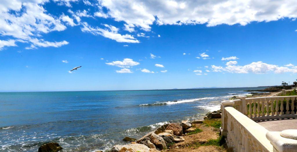 Den spanska sommarstugan i Torrevieja erbjuder Medelhavet som sällskap.
