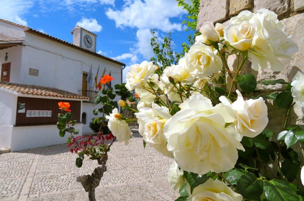 Guadalest och det lilla torget var smyckat med vackra rosor.