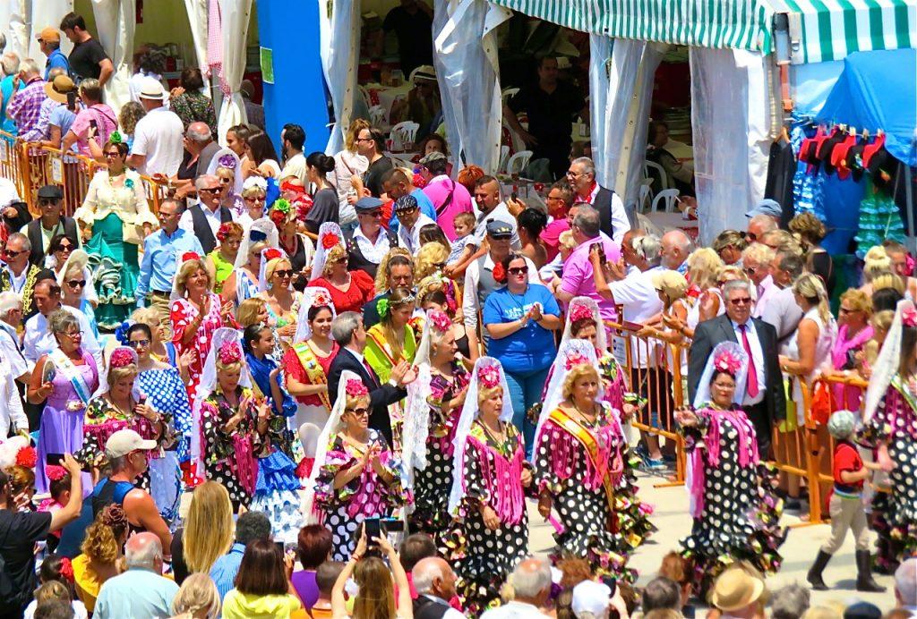 Feria de Sevillanas är slut i Torrevieja. Vackra, färgsprakande dräkter i paraden.