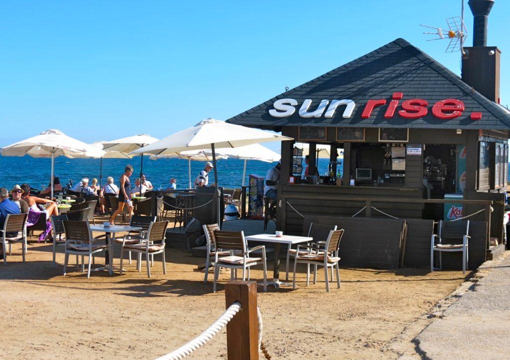 Under högsäsong uppstår många pop up restauranger och det är fint att under parasollet njuta av både solsken och hav.