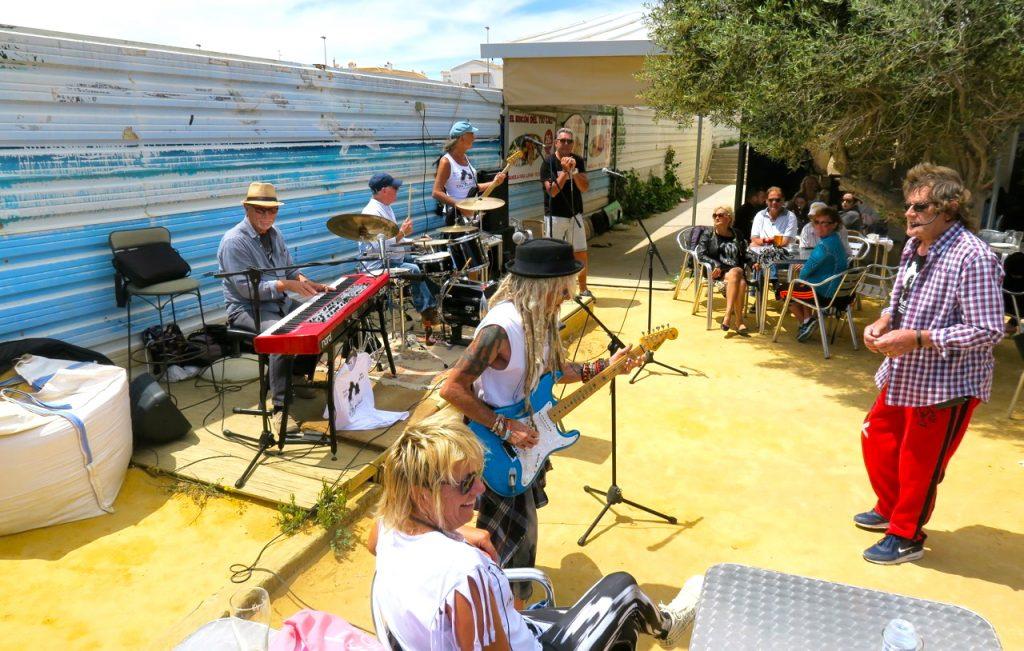 En eftermiddag på stranden fylld av musik
