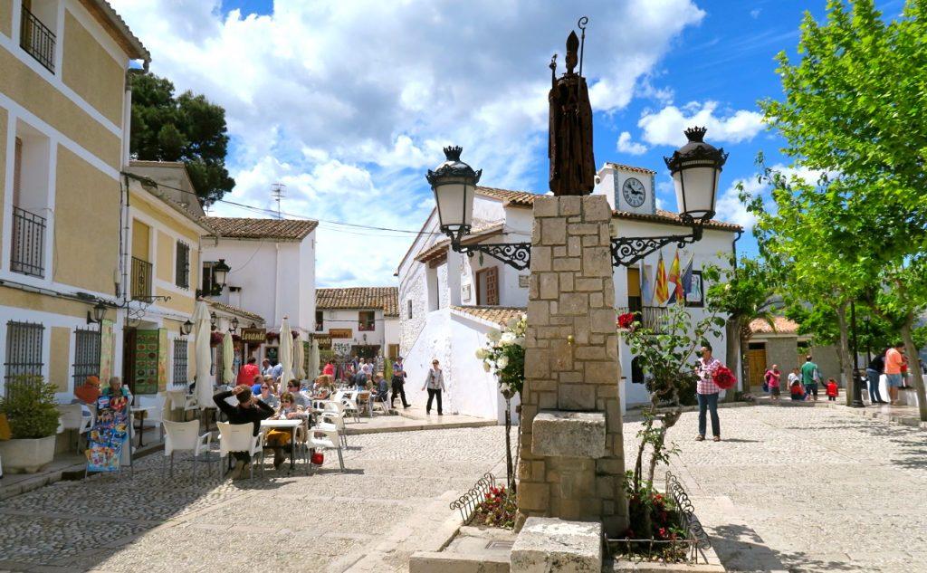 En vacker miljö att inta lunchen på är vid torget i Guadalest.