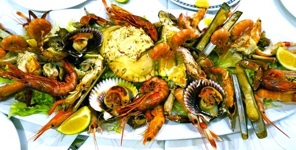Provsmakning av läckra spanska skaldjur.