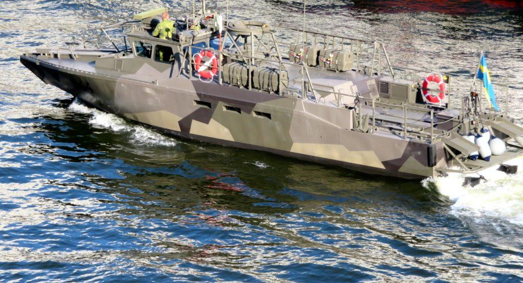 En militärbåt som kanske är på spaning i Hammarbykanalen.
