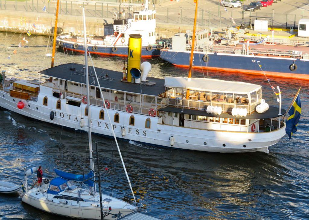 Spaning från balkongen ger mycket. Här passerar gamla ångfartyget Motala Express.