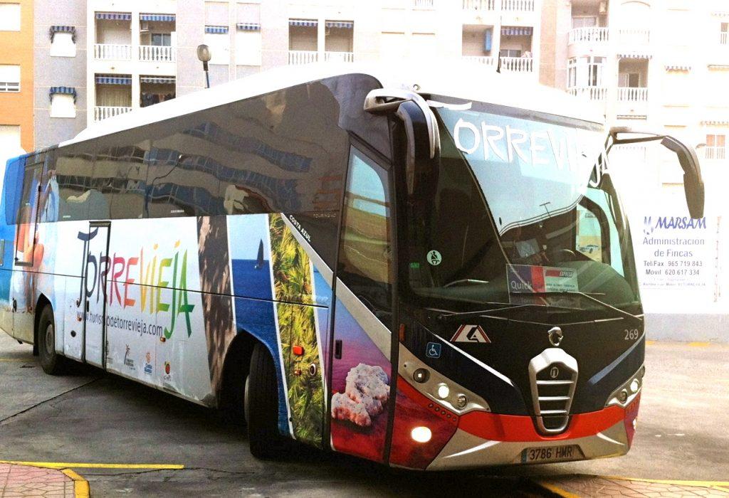 Resklar. Flygbussen kör från busstationen i Torrevieja till Alicantes flygplats på 50 minuter. Bekvämt!