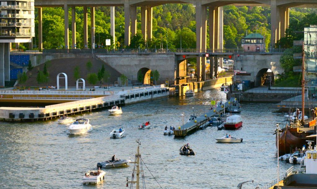 Gott att sitta på balkongen i den vackra kvällsljuset. Hammarbykanalen.