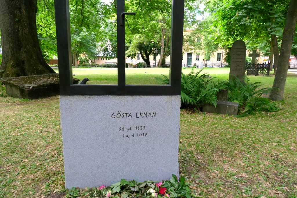 Gösta Ekmans vackra gravsten på Katarina kyrkogård. Fönstret är fin tanke. En fin symbol. n symbol.