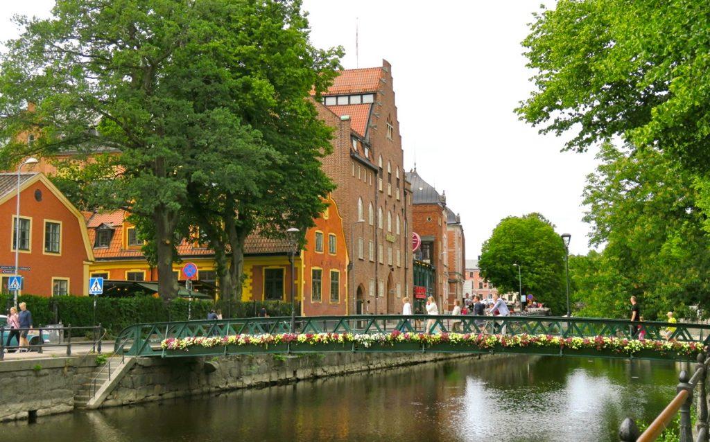 En tur och retur över dagen till Uppsala. Vackra Fyrisån i sommarskrud.